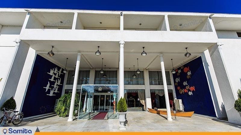 ورودی هتل سفید کنار