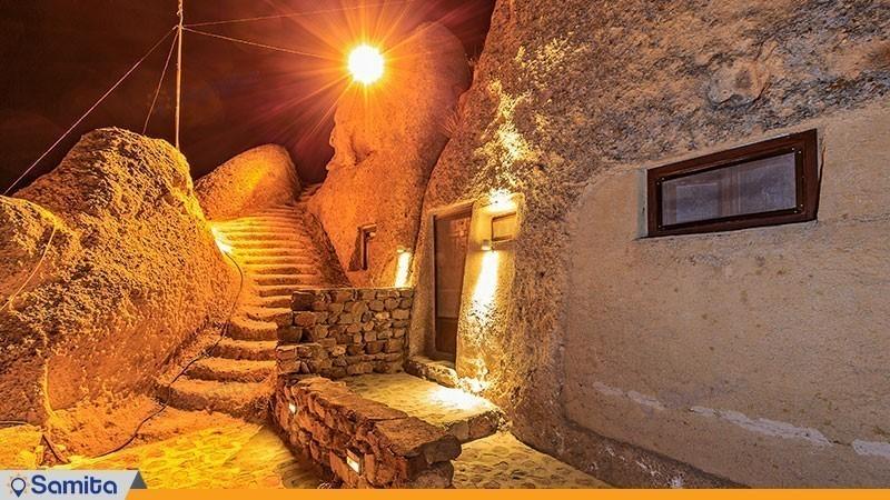 محوطه هتل بین المللی صخره ای  لاله