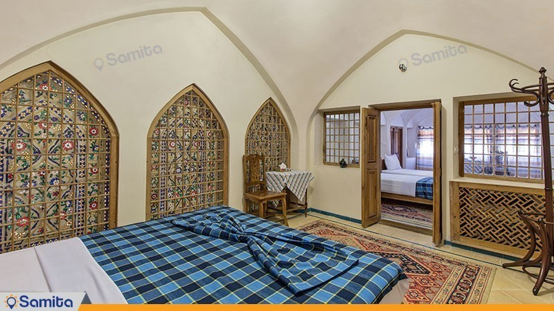اتاق چهار تخته بالکن دار هتل سنتی مهین سرای راهب