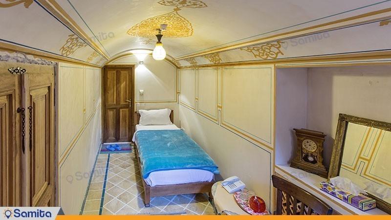 اتاق یک تخته هتل سنتی مهین سرای راهب