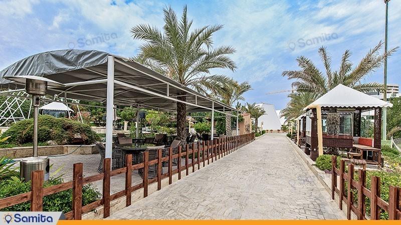 محوطه نشیمن حیاط هتل شایگان