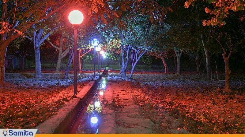 نمای باغ در شب اقامتگاه بوم گردی شاهدان