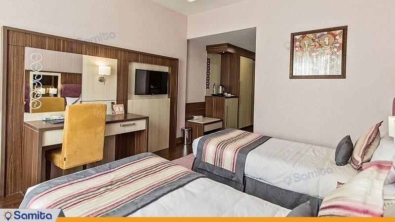 اتاق سه تخته بازسازی شده هتل پارسیان آزادی رامسر