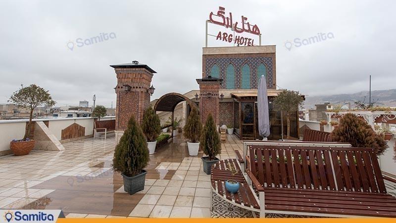 محوطه نشیمن پشت بام هتل ارگ
