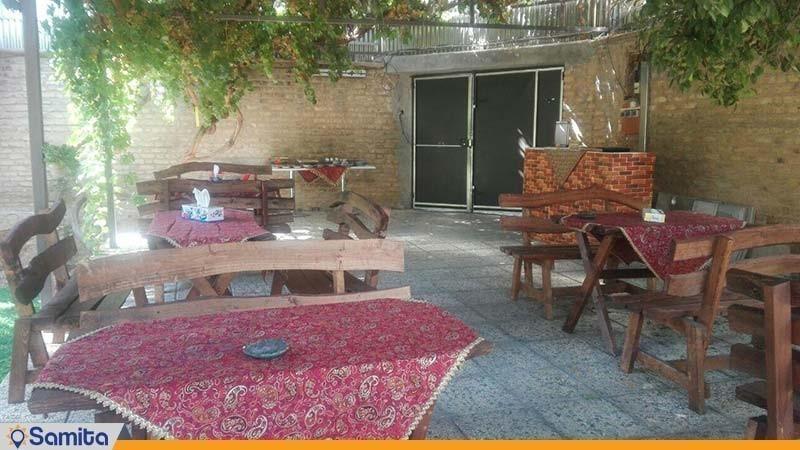 محوطه نشیمن فضای باز اقامتگاه بوم گردی خانه باغ ایرانی