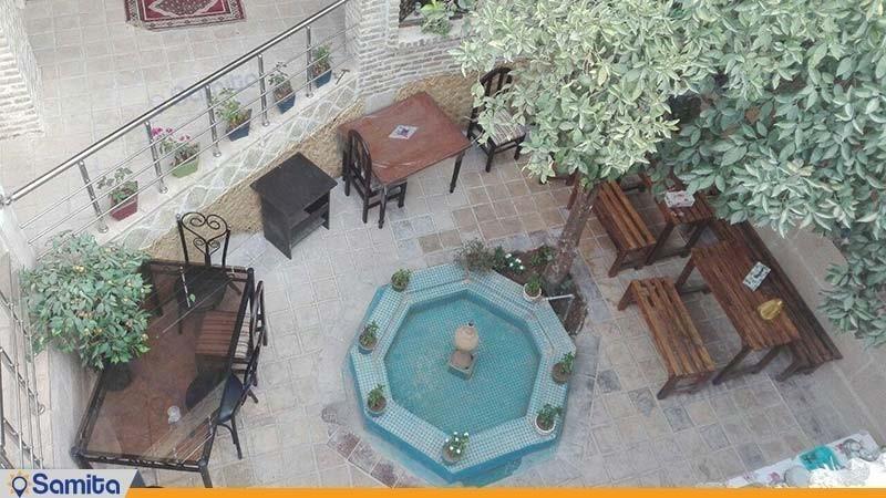 حیاط هتل سنتی راز