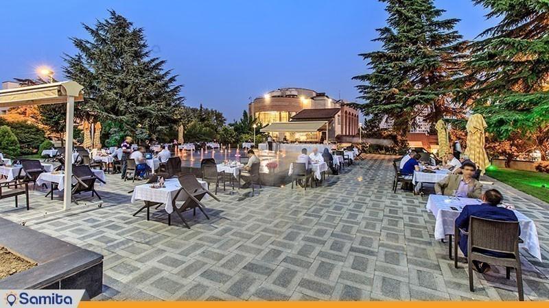رستوران فضای باز هتل پارسیان آزادی تهران