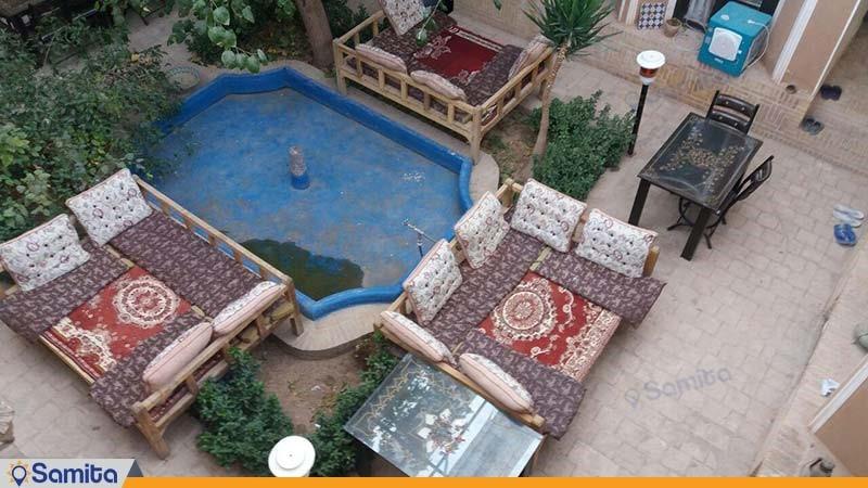 محوطه نشیمن فضای باز اقامتگاه بوم گردی خانه خشتی
