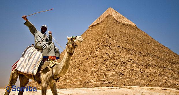 شتر سواری در کنار اهرام قاهره