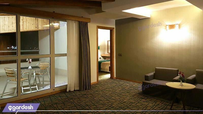 سوئیت یک خوابه کینگ تراس دار هتل میزبان