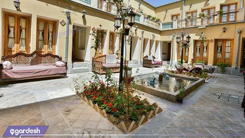 حیاط هتل سنتی طلوع خورشید