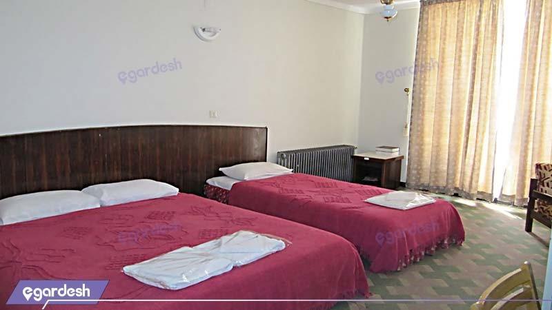 اتاق سه تخته مهمانسرای جهانگردی استهبان