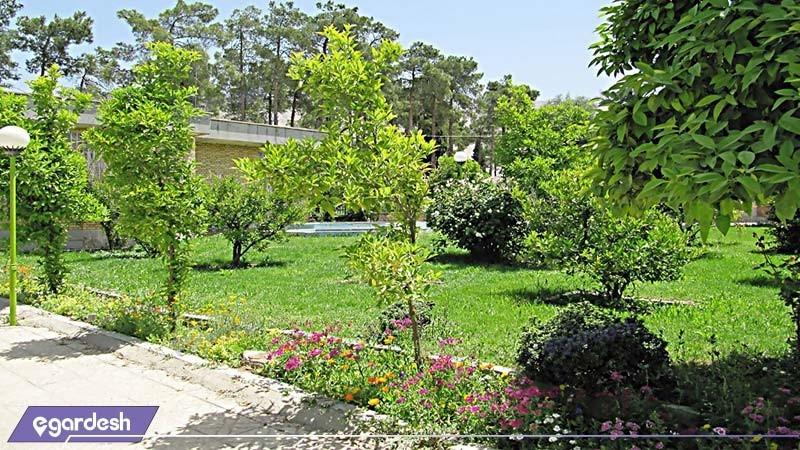 محوطه ی فضای سبز مهمانسرای جهانگردی فیروزآباد