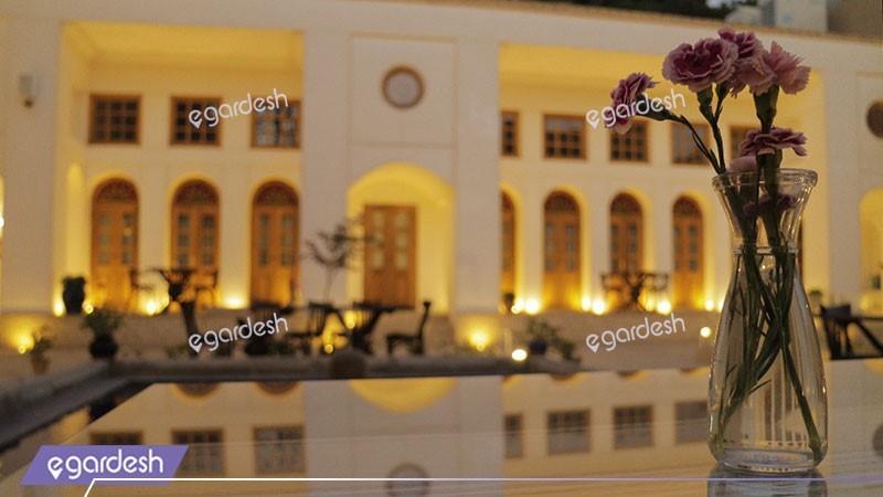 حیاط هتل کریاس