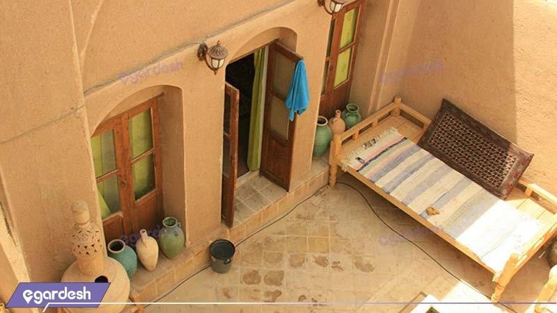 حیاط هتل سنتی خانه نقلی