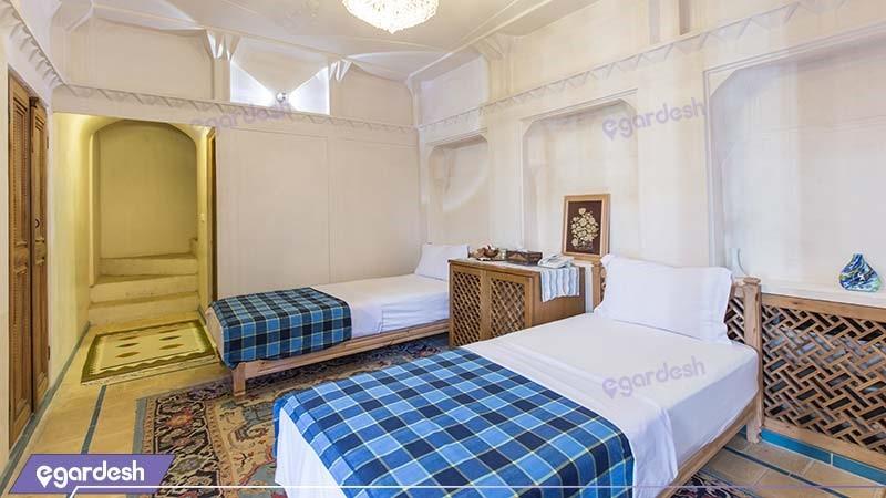 اتاق چهار نفره دوبلکس هتل سنتی مهین سرای راهب