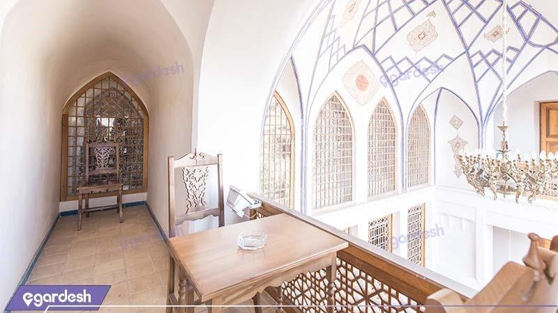 اتاق چهار نفره بالکن دار هتل سنتی مهین سرای راهب