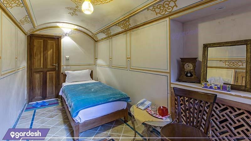 اتاق یک نفره هتل سنتی مهین سرای راهب