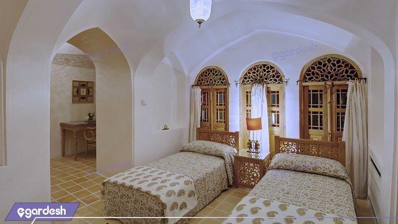 اتاق سه تخته کوچک هتل سنتی خانه منوچهری
