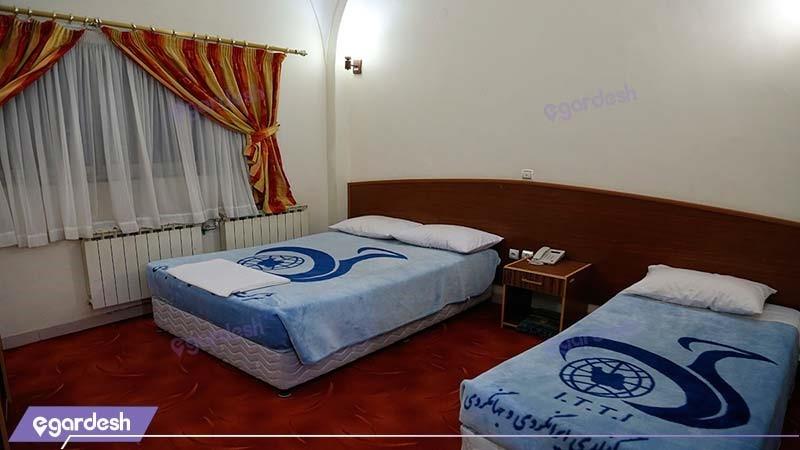 اتاق سه تخته مهمانسرای جهانگردی ماهان کرمان
