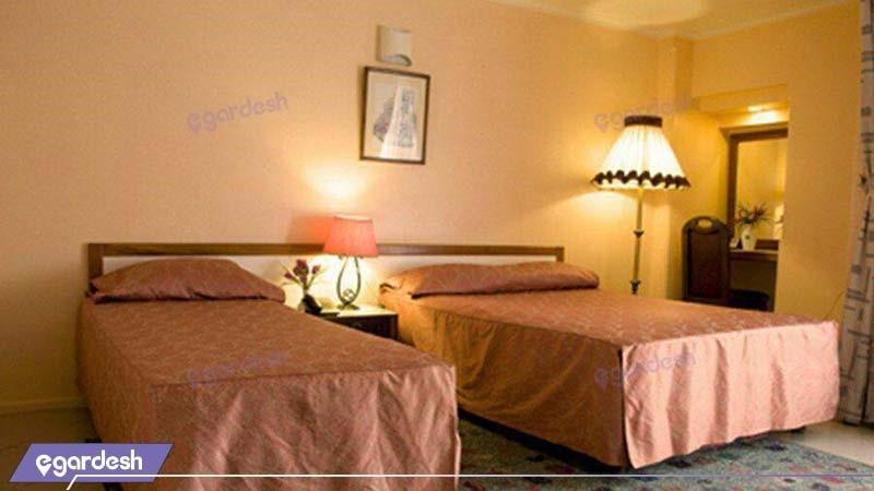 اتاق سه تخته هتل بزرگ فردوسی مشهد