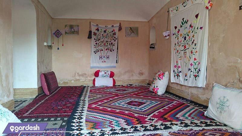 اتاق با ظرفیت دو تا شش نفر اقامتگاه بوم گردی کلوت کویر