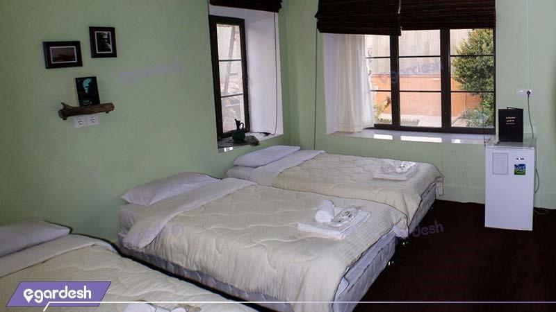 اتاق سه تخته اقامتگاه بوم گردی خانه باغ ایرانی
