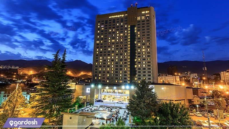 نمای ساختمان هتل پارسیان آزادی تهران