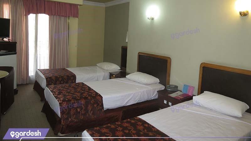 اتاق سه تخته با نمای دشت هتل پارسیان آزادی یاسوج