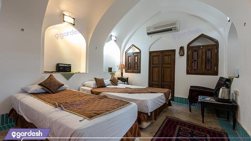 اتاق سه تخته هتل سنتی لب خندق
