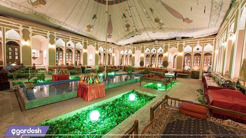 حیاط هتل سنتی مهر