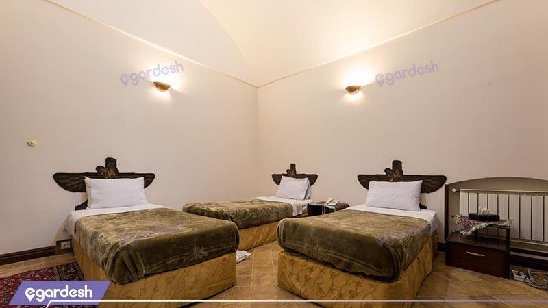 اتاق سه تخته هتل سنتی رز