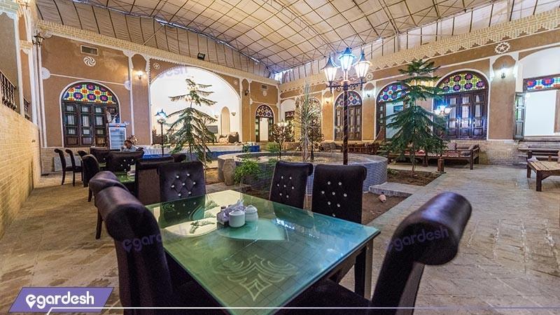 حیاط هتل سنتی رز