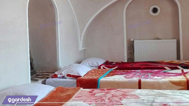 اتاق سه نفره اقامتگاه بومگردی نقشینه کویر