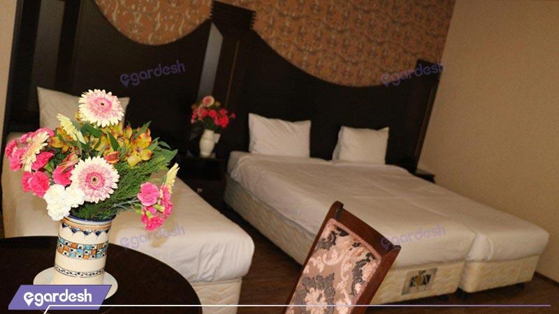 اتاق سه تخته هتل باباطاهر