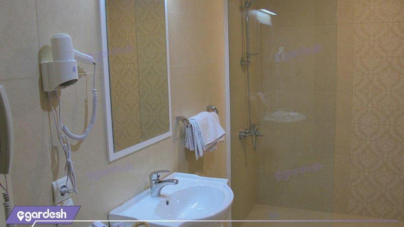 سرویس اتاق های رو به باغ هتل پارسیان صفائیه