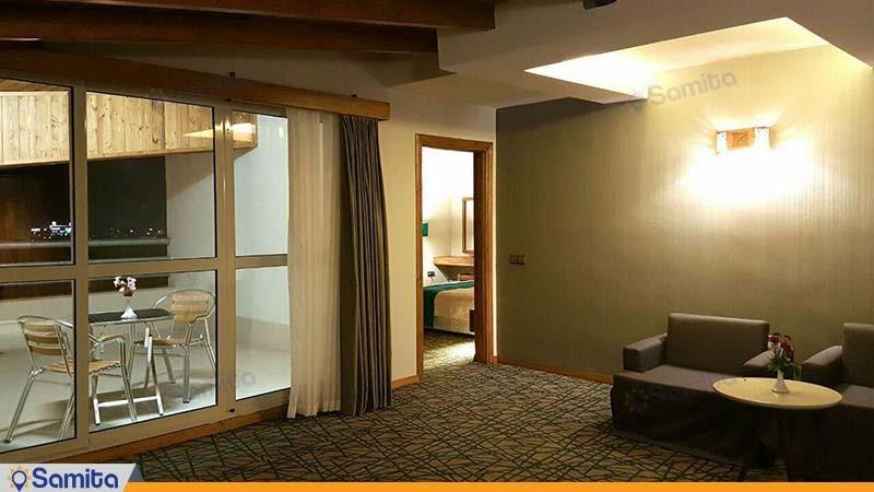سوئیت یک خوابه تراس دار کینگ هتل میزبان