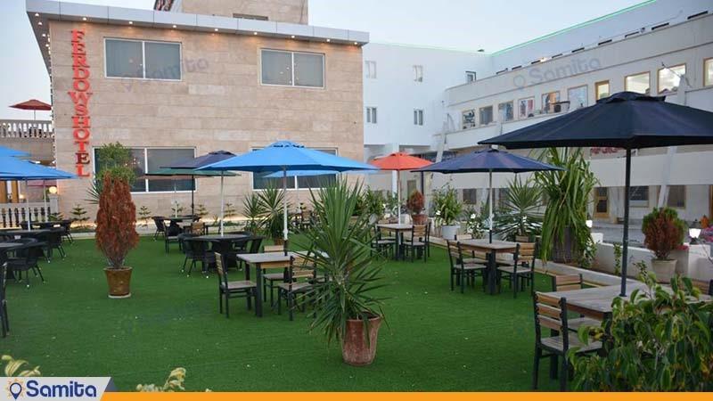 محوطه نشیمن فضای باز هتل بین المللی فردوس چابهار