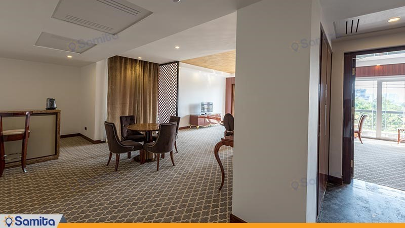 سوئیت لوکس یک خوابه آتوسا رو به باغ هتل داریوش