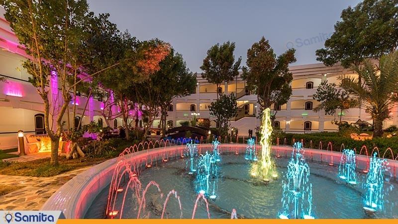 حیاط هتل هلیا