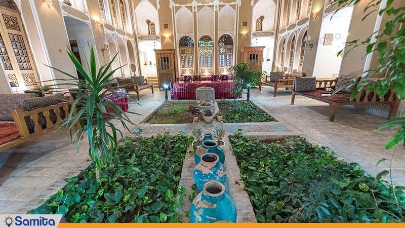 حیاط هتل سنتی فهادان