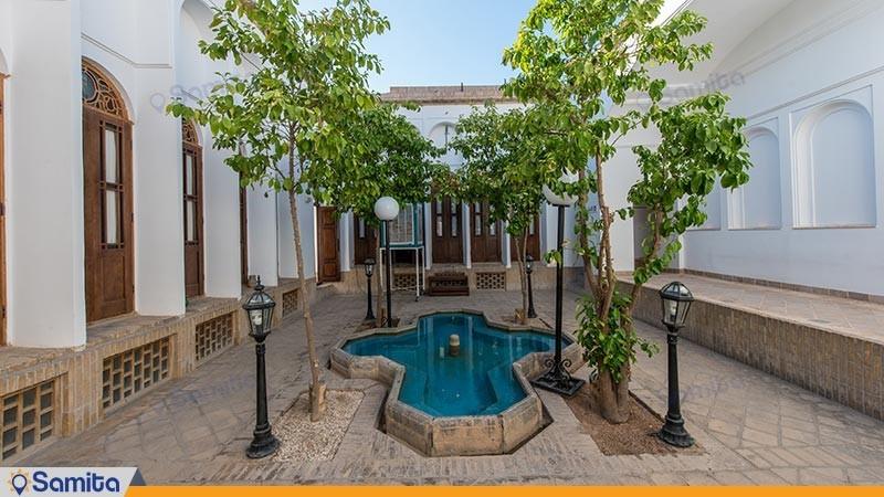 حیاط هتل سنتی لاله