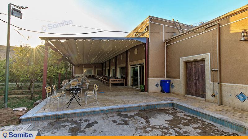 محوطه نشیمن حیاط هتل باغ مشیر الممالک