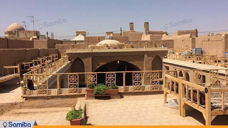 محوطه نشیمن پشت بام سرای سنتی شعرباف
