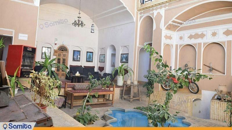 حیاط هتل سنتی والی